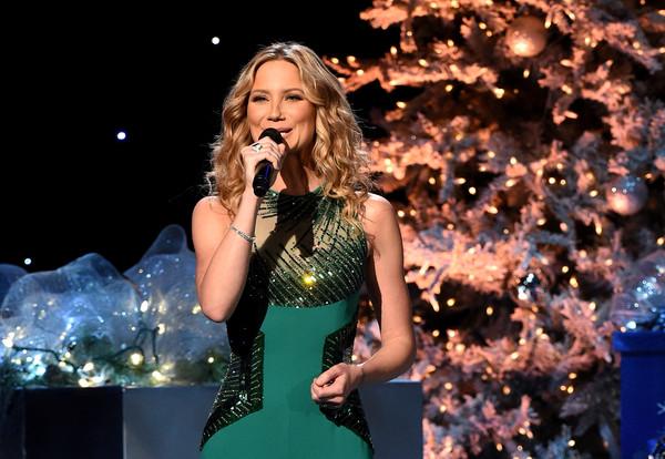 jennifer nettles jennifer nettles returns to host cma country christmas - Cma Country Christmas