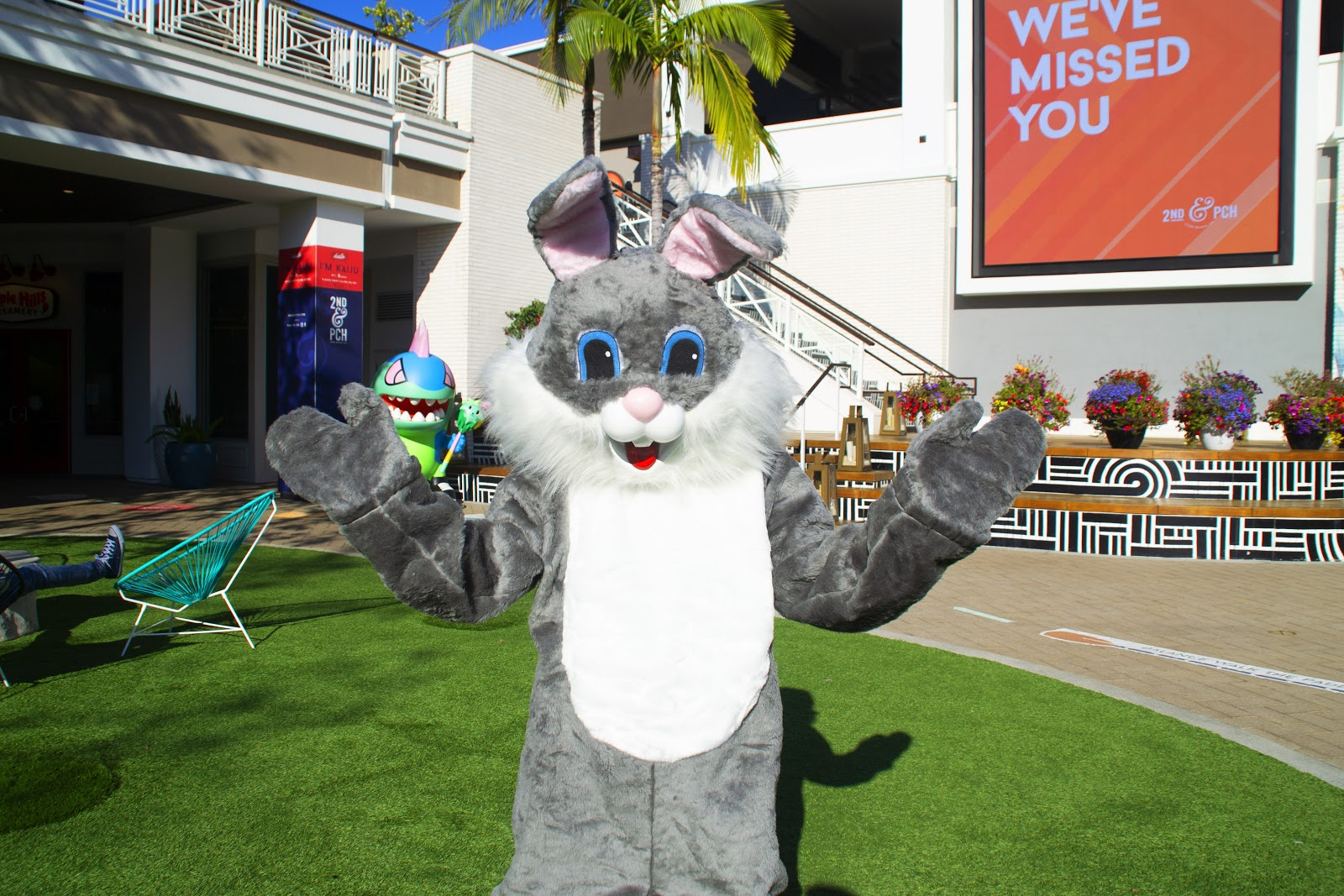 2nd & pch, long beach, pch movies and moonlight, easter bunny
